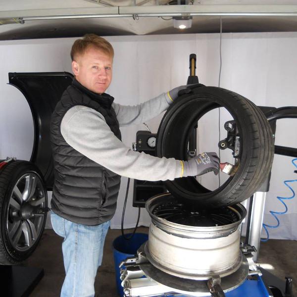 Robert Schwab bei der Reifenwechselmaschine